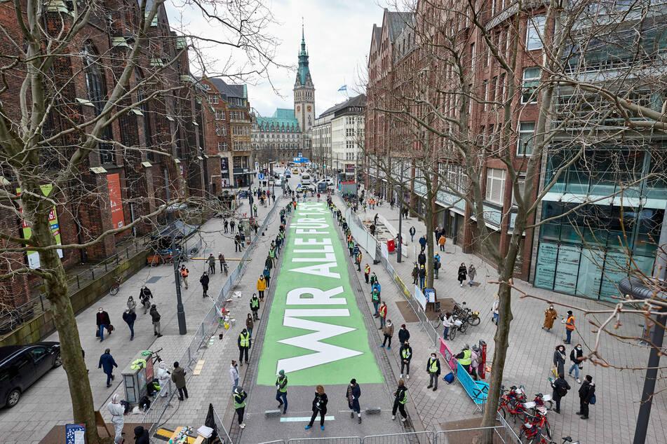 Riesen-Statement: Diesen Schriftzug malte Fridays For Future in der Hamburger Mönckebergstraße auf.
