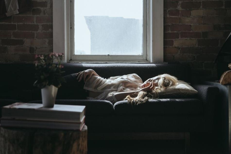 Nach einer Partynacht auf der Couch einzuschlafen, ist ab und an erlaubt, sollte aber nicht zur Regelmäßigkeit werden. Eine gute Schlafstruktur mit festen Schlafzeiten und -längen hilft nämlich dabei, ausgeruhter und fitter zu sein.
