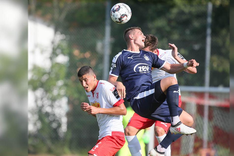 Ali Odabas (l.) traf im vergangenen Jahr mit Regensburg im Test auf den FSV. Nun steht er vor einer Rückkehr nach Zwickau.