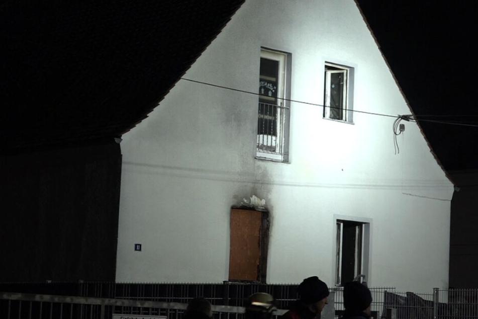 Die Flammen schlugen bereits aus den Fenstern, als die Einsatzkräfte eintrafen.