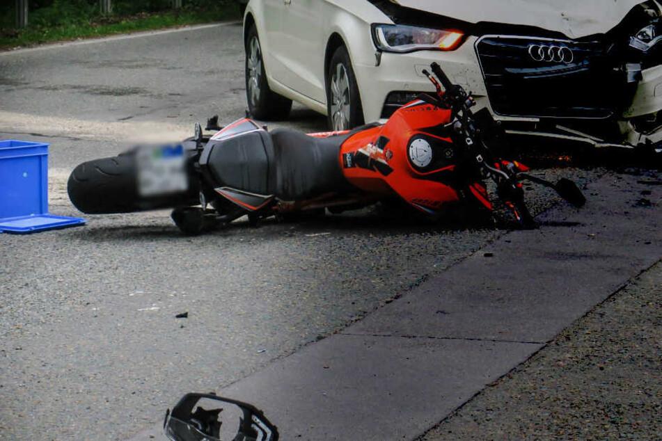Motorrad und Auto waren an einer Kreuzung ineinander gerast.