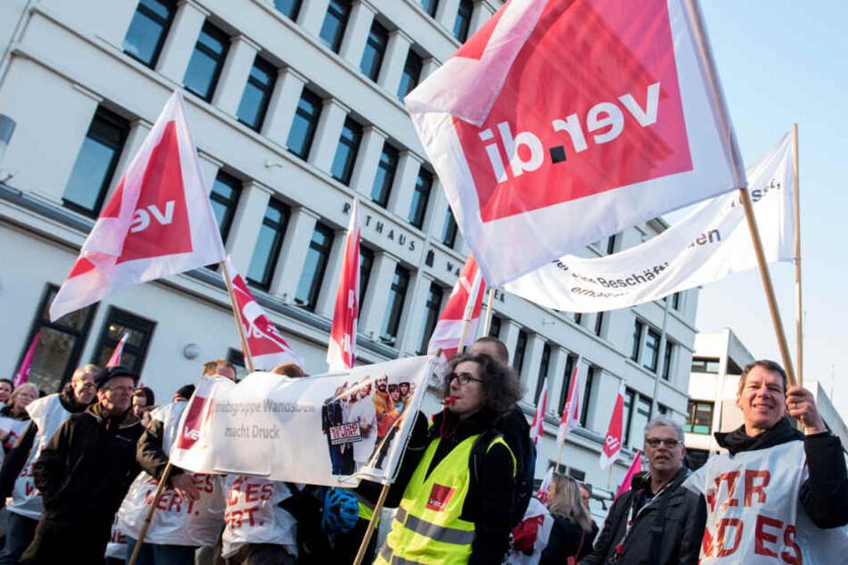 Beschäftigte demonstrieren für mehr Lohn.