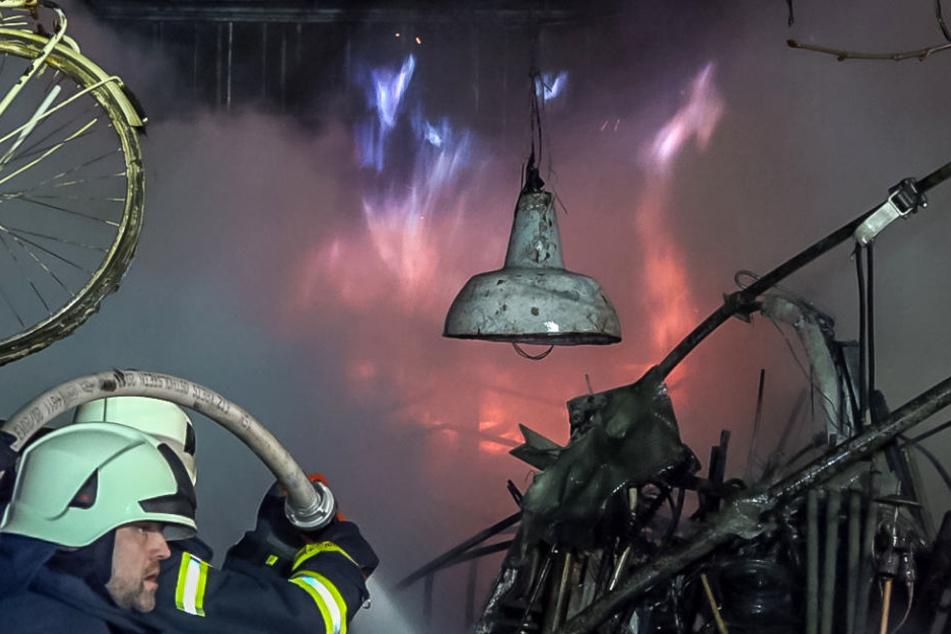 Immer wieder schossen Stichflammen in die Höhe.