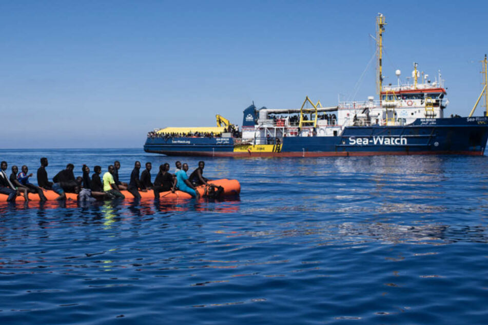"""Die """"Sea-Watch 3"""" bei der Rettung von Flüchtlingen auf hoher See."""