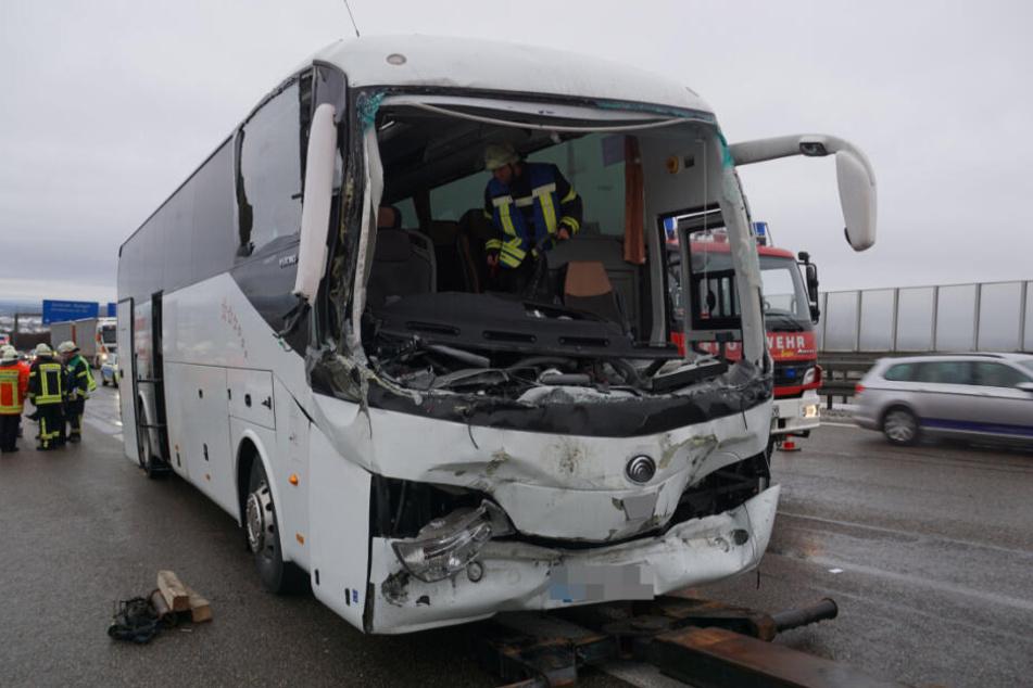 Der Fahrer dieses demolierten Reisebusses kam ins Krankenhaus.