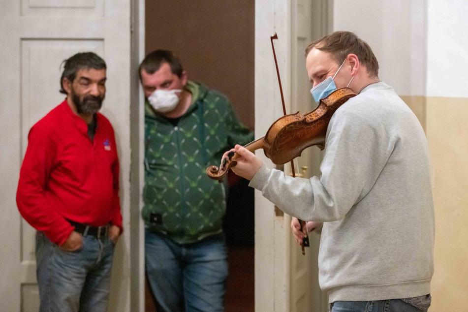 Geiger Florian Mayer (47) bei seinem kleinen Konzert für Obdachlose.