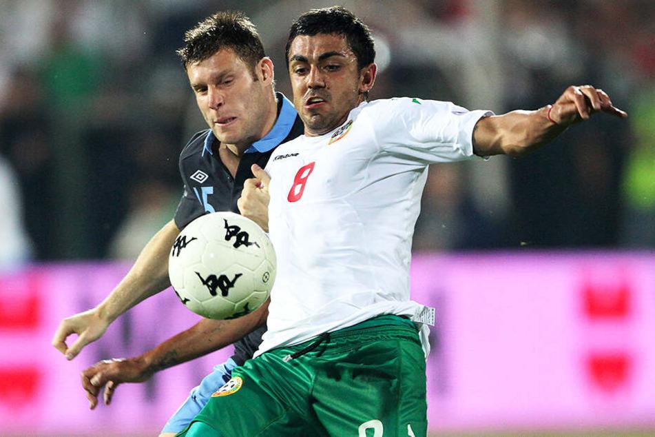 CFC-Neuzugang Georgi Sarmov (r.), hier im September 2011 in der EM-Quali im Zweikampf mit Englands James Milner, feiert mit 33 Jahren ein überraschendes Comeback in der bulgarischen Nationalmannschaft.