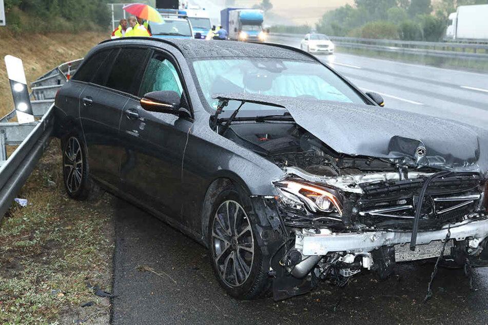 Mercedes rutscht auf A4 weg und rauscht gegen Leitplanke