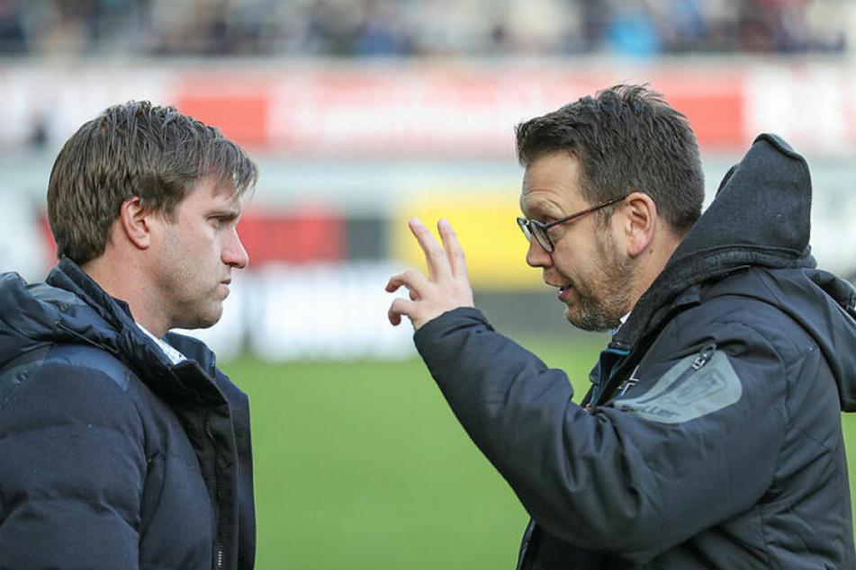 RB Leipzigs Sportdirektor Markus Krösche (l.) im Gespräch mit seinem Nachfolger beim SC Paderborn, Martin Przondziono.