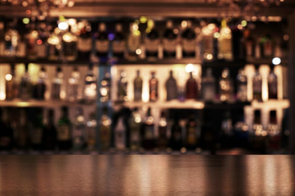 Aus dem Hinterhalt stach der Täter auf die Gäste an der Bar ein. (Symbolbild)