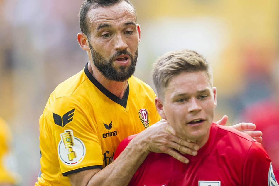 Hiergeblieben! Fabian Müller hält RB Leipzigs Kapitän Dominik Kaiser an Ort und Stelle.