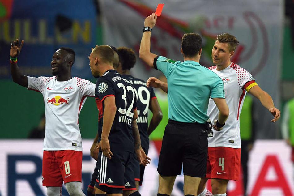 Schiedsrichter Felix Zwayer zeigt Lepzigs Naby Keita (l.) vergangenen Mittwoch die gelb-rote Karte.