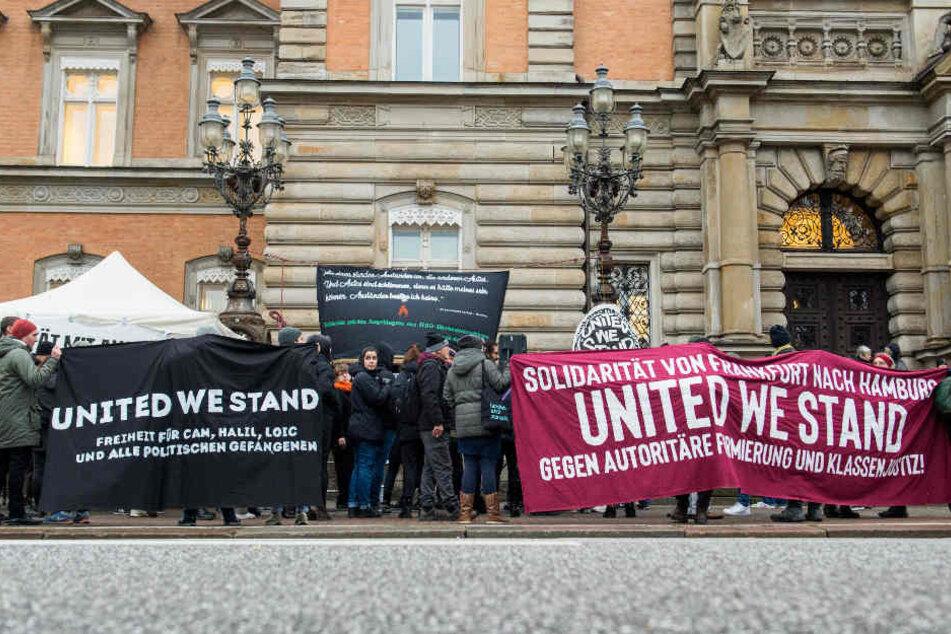 Vor dem Landgericht Hamburg zeigten sich Teilnehmer einer Kundgebung solidarisch mit den Angeklagten.