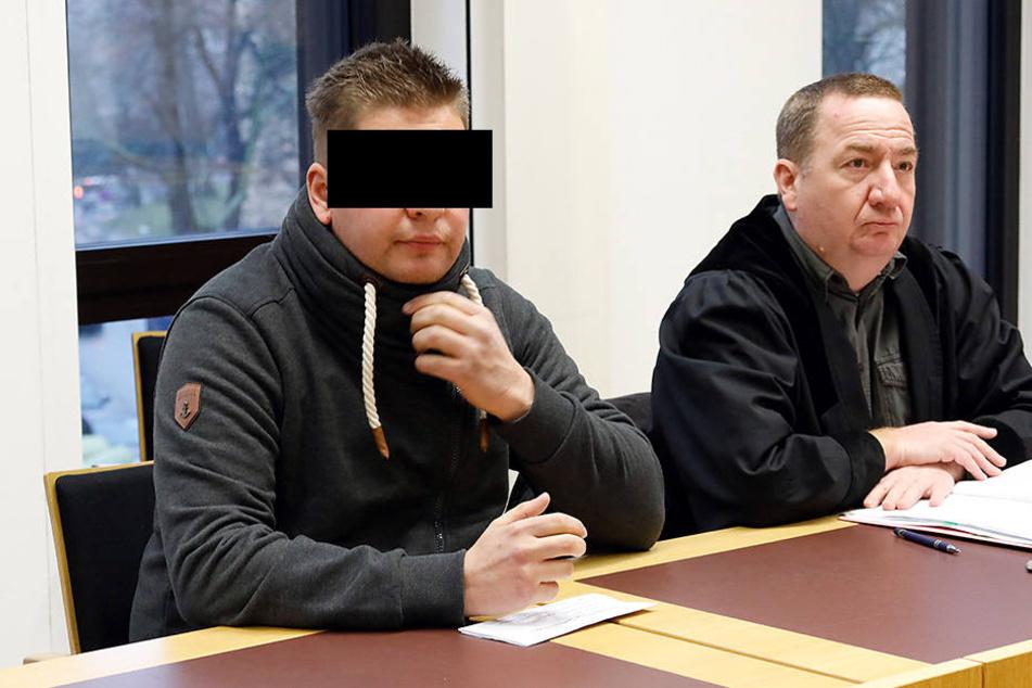 Lars F. (30, l.) kam am Mittwoch im Amtsgericht mit einer Verwarnung davon.