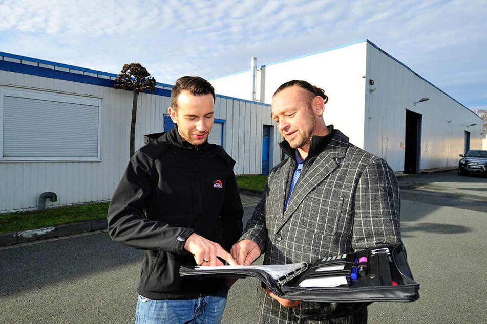 Motorrad-Star Max Neukirchner (33) und Logistik-Chef Enrico Weißflog (49)  wollen der Tafel ein neues Zuhause zur Verfügung stellen.