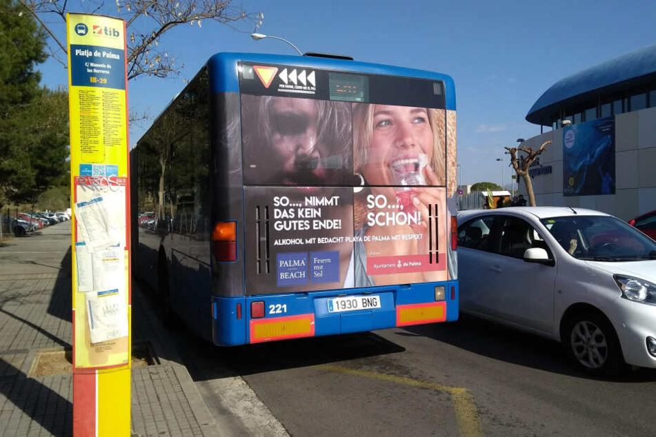 Werbeplakate auf einem Stadtbus sollen Touristen zu umsichtigem Alkoholkonsum aufrufen.