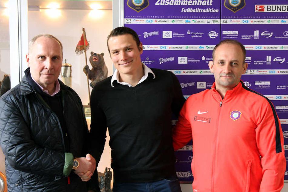 Marc Hensel (M.) zusammen mit FCE-Präsident Helge Leonhardt (l.) und Carsten Müller, dem Leiter des Nachwuchsleistungszentrums.
