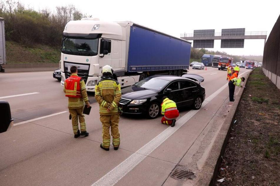Lkw will auf A4 plötzlich die Spur wechseln: Auto kracht in Betonwand