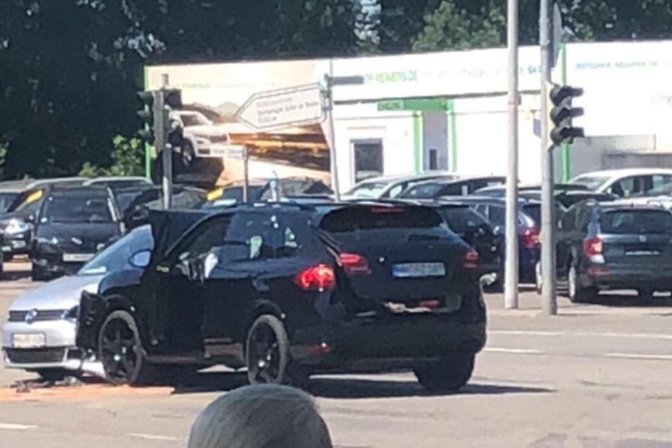 Der Porsche hat den VW auf der Altonaer Chaussee gerammt.