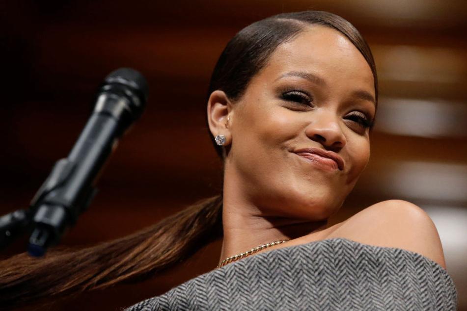 Rihanna hat sich per Bildbearbeitungsprogramm den Kopf der Queen auf den eigenen Körper gebastelt.