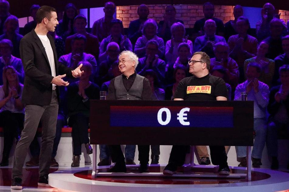 """Tom Pauls (58, Mitte) und Elton (46, r.) bissen sich leider am Kirschkern in der Rateshow """"Wer weiß denn so was?"""" mit Kai Pflaume (50) die Zähne aus."""