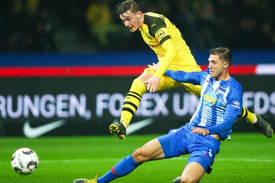 BVB-Spieler Marius Wolf (oben) wird von Herthas Niklas Stark beim Torschuss gestört.