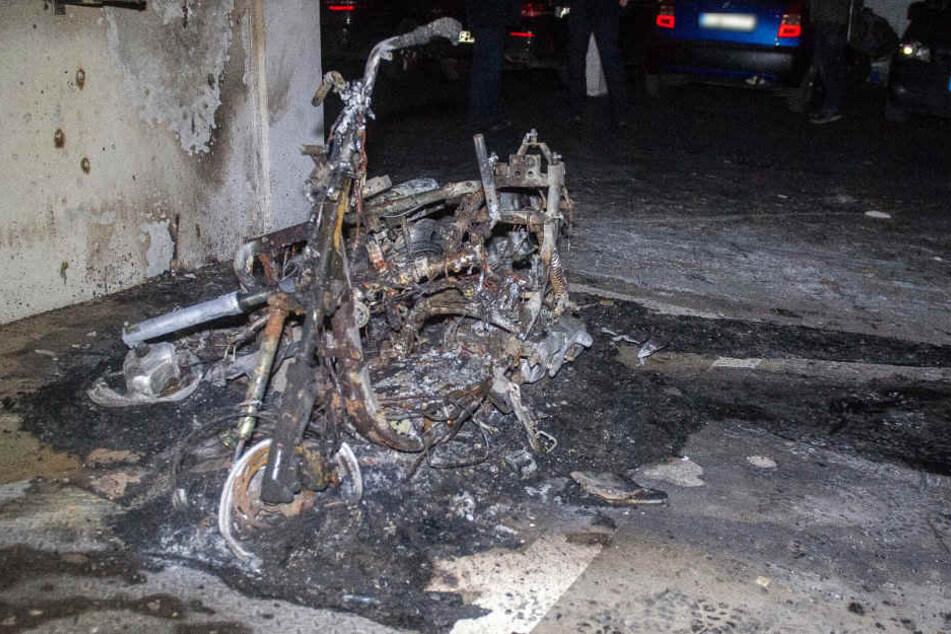 Zwei Motorräder brannten in der Tiefgarage.