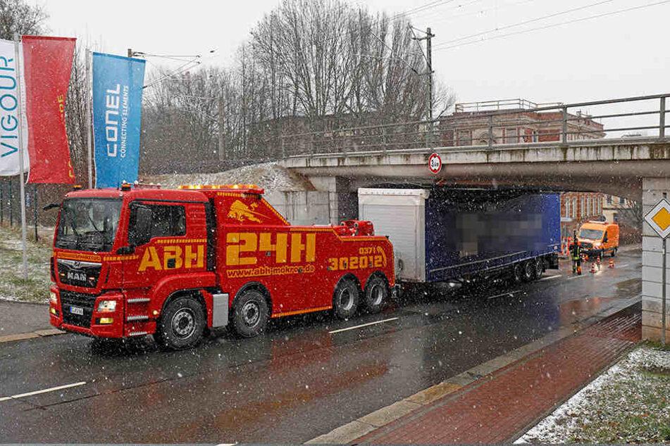 Mit einer Spezialmaschine wurde der Anhänger rückwärts aus der Brücke geschoben.
