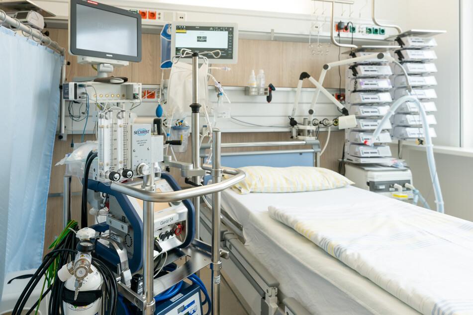 Ein Intensivbett auf einer Intensivstation der Uniklinik Dresden. Mit der Herz-Lungen-Maschine, Überwachungsmonitoren für Vitalfunktionen, einem Beatmungsgerät und Infusionstechnik können schwerkranke Patienten optimal versorgt werden.