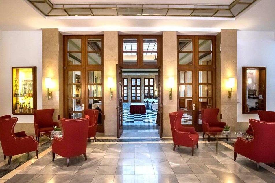 Klare Formen, zeitloser Glanz: die Hotel-Lobby im Bauhaus-Stil.