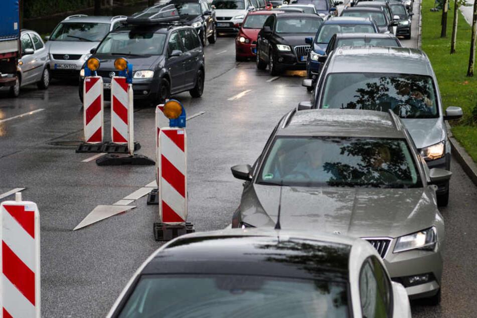 Autofahrer sollten den Bereich weiträumig umfahren. (Symbolbild)