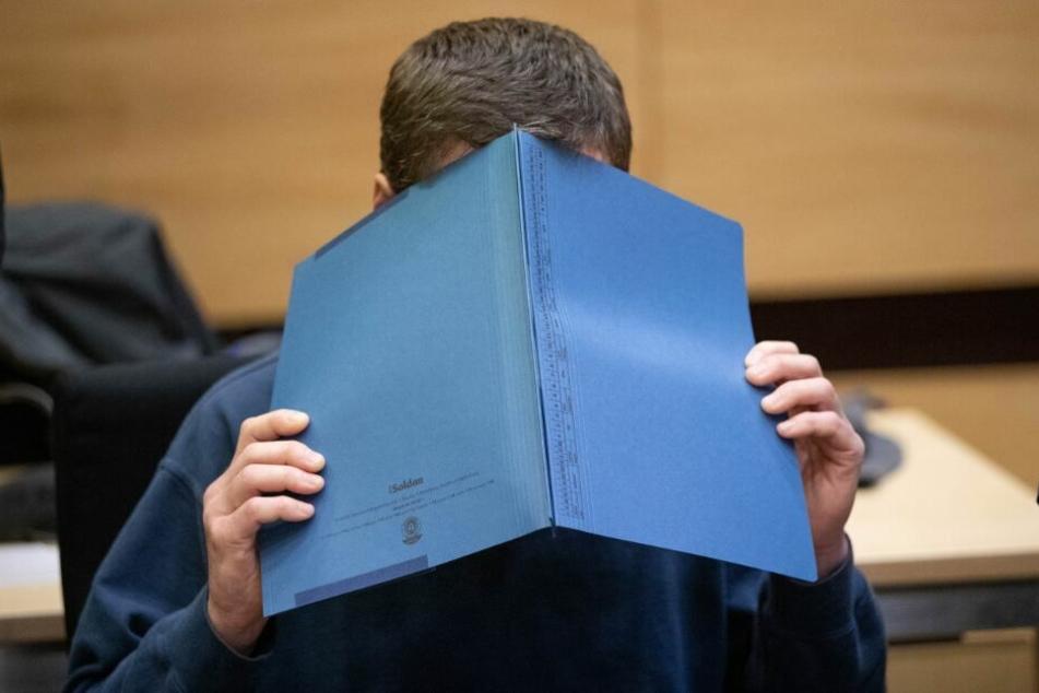 Der Angeklagte zeigte sich den ganzen Prozess über nur mit Mappe vor dem Gesicht.