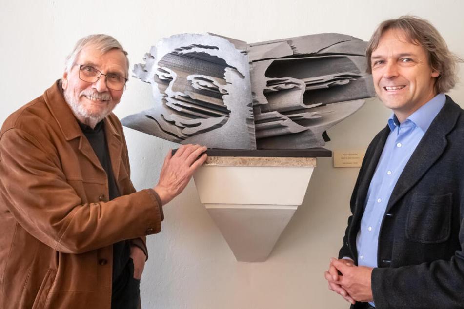 Künstler Klaus Kammerichs (85, l.) überreichte Schumann-Haus-Leiter Thomas Synofzik (52) die ungewöhnliche Büste von Clara und Robert Schumann.
