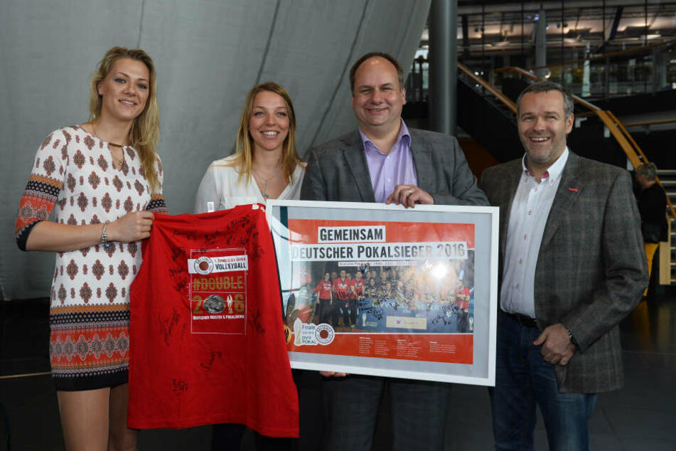 Dirk Hilbert (2.v.r.) empfing nach dem Double-Gewinn, die Volleyballerinnen um ihren Vorstands-Chef Jörg Dittrich.