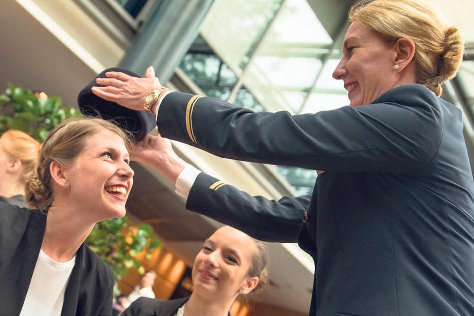 Beim Casting entscheidet sich, wer bei Lufthansa als Flugbegleiter abhebt. Die  schicke Kappe darf schon mal probiert werden.