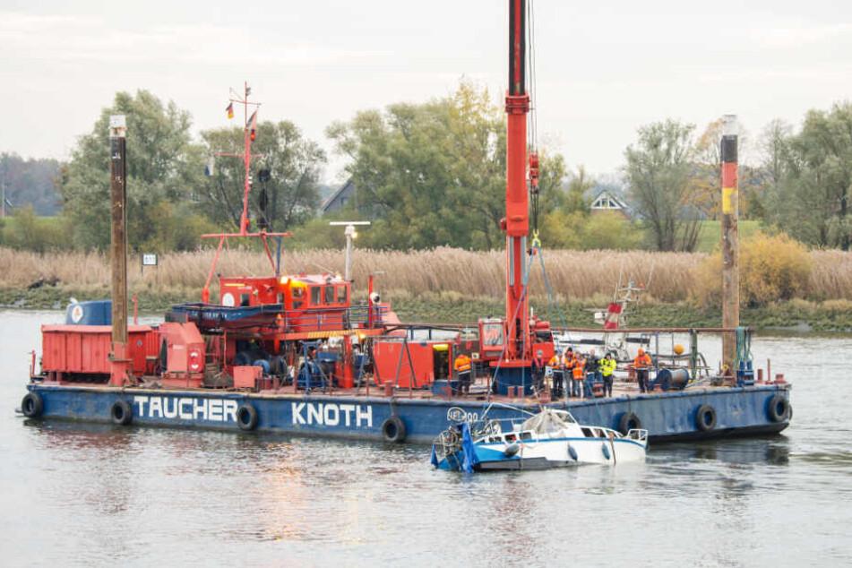 Ein Spezialschiff barg das Wrack des Sportbootes aus der Elbe.