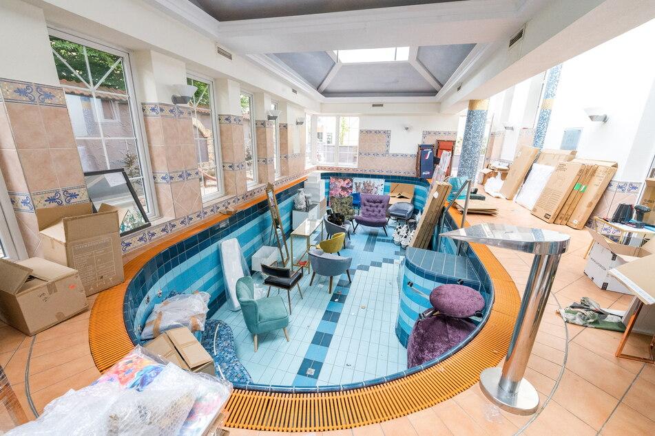 Noch stehen im schicken Schwimmbad inklusive Sauna einige Möbel - doch in Kürze können sich Gäste hier entspannen.