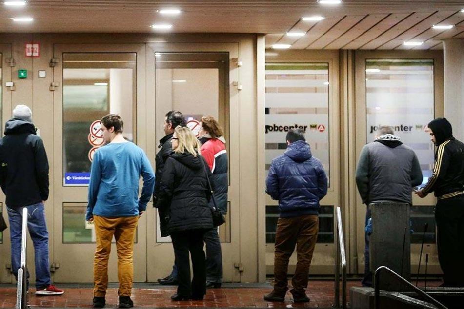 Arbeitssuchende stehen in Duisburg vor der Bundesagentur für Arbeit.