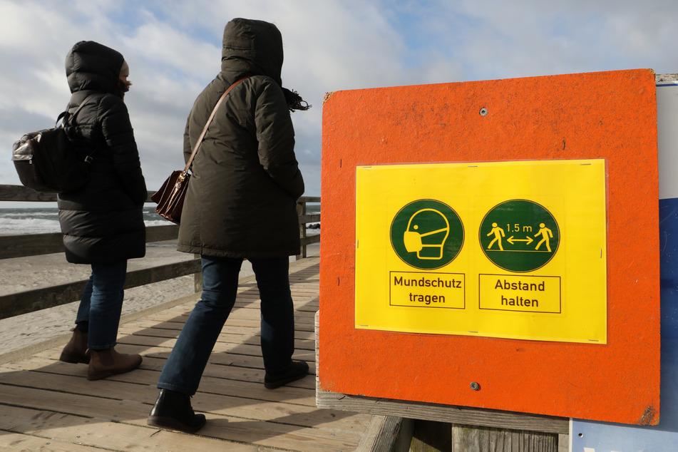 Spaziergänger auf der Seebrücke des Ostseebades Wustrow auf der Halbinsel Fischland. Auch auf der Halbinsel gilt derzeit ein touristisches Beherbergungsverbot.