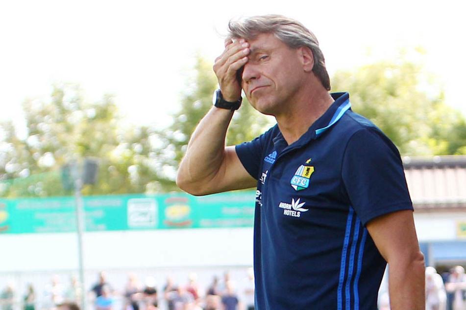 Da musste sich CFC-Trainer Horst Steffen an den Kopf greifen. Seine Spieler kommen mit seiner Dreierkette offenbar nicht klar.