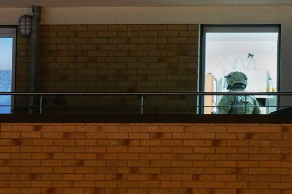 Ein SEK-Beamter betritt am späten Donnerstagabend eine Wohnung in Plochingen.