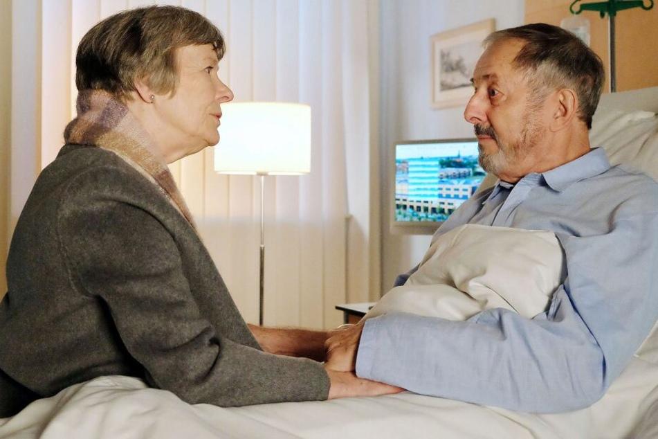 Seine neue Freundin Luise hat er wegen seines Klinikaufenthalts aus Scham angelogen. Die kann es nicht fassen und macht Schluss mit ihm.