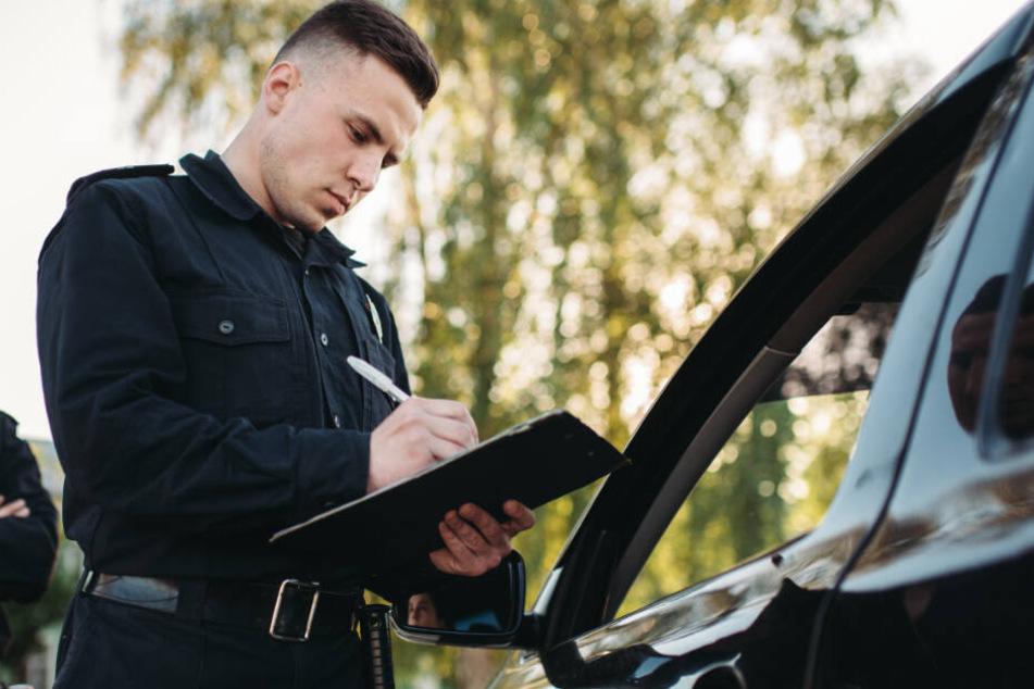Mit dem Versuch, die Polizei zu täuschen, wollte sich der 53-Jährige ohne Führerschein aus der Affäre ziehen. (Symbolbild)