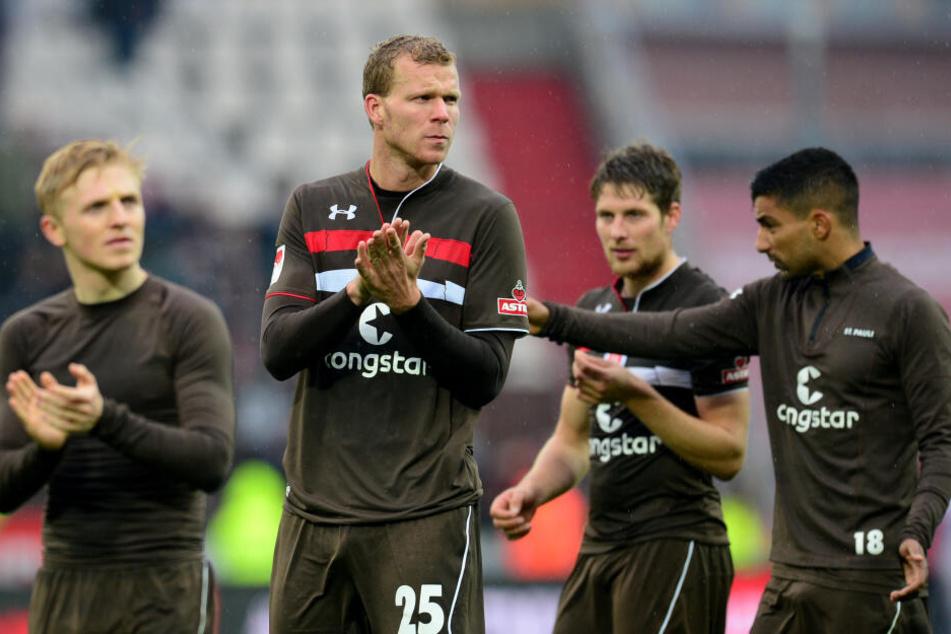 Sami Allagui geht mit Mannschaftskollegen nach einem Spiel gegen den FC Heidenheim im Millerntor-Stadion vom Platz.