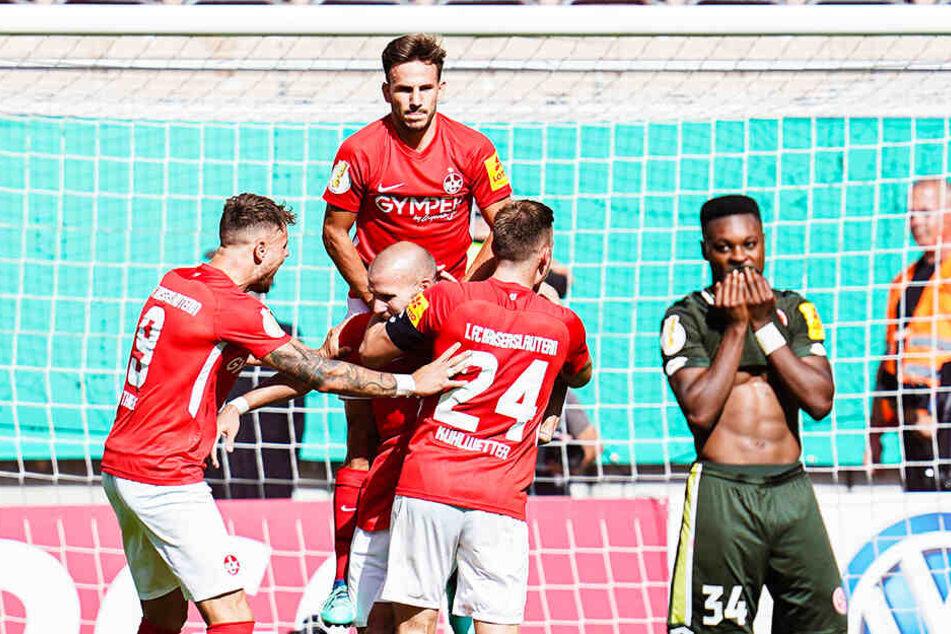 Riesen-Jubel auf dem Betzenberg: Der 1. FC Kaiserslautern hat den 1. FSV Mainz 05 aus dem Pokal geschmissen.