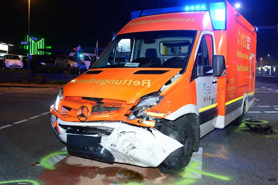 Der Rettungswagen wurde von dem Opel auf der Kreuzung getroffen.