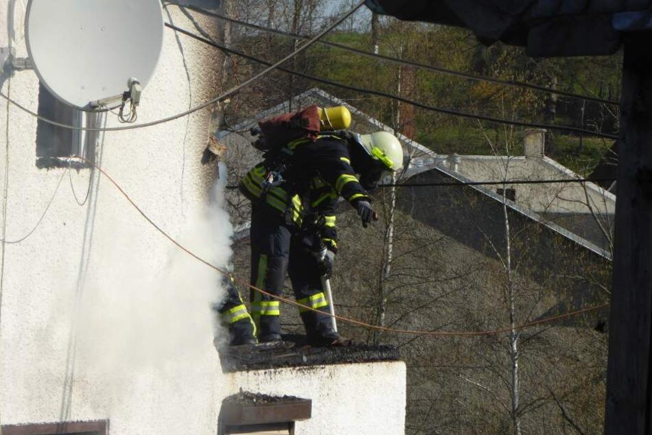 Die Feuerwehr musste morgens noch immer einige Glutnester löschen.