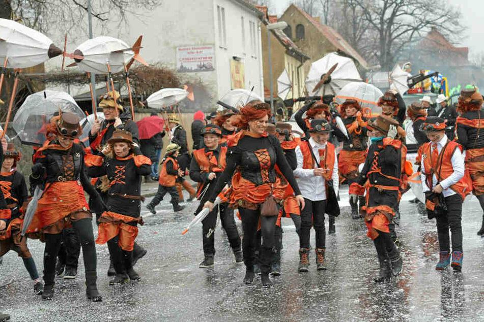 In Radeburg trotzten die Narren Regen und Wind.