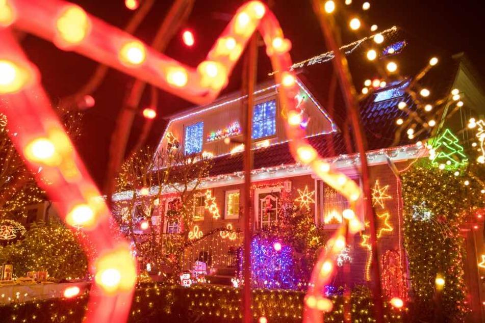 Unzählige Lichter! Irres Weihnachtshaus sorgt für große Augen