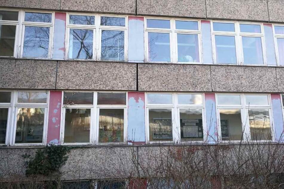 Abgeplatzte Farbe, gerissene Außenplatten, fehlender Sichtschutz der Toiletten von außerhalb: Dies ist der aktuelle Stand der 84. Oberschule in Leipzig-Grünau.